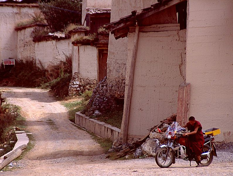 File:Zhongdian-sumtseling-gompa-monje-moto-c01.jpg