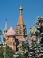 Покровский собор на рву (собор Василия Блаженного) и цветущая майская сирень, вид из парка Зарядье.jpg