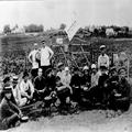 חברי החלוץ בגרודנה בשעת ארוחה בשדה 1918-20-PHZPR-1253772.png