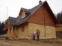 dom ze ścianami na parterze wykonanymi z iłu