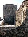 040 Castell de Montsoriu, terrassa del recinte sobirà, torre mestra.jpg