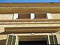 054 Casa Amàlia Soler, c. Santa Maria 2 (Vilafranca del Penedès), detall amb sanefa.jpg