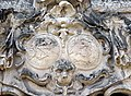 20070504155DR Dallwitz (Priestewitz) Rittergut Schloß Portal Wappen.jpg