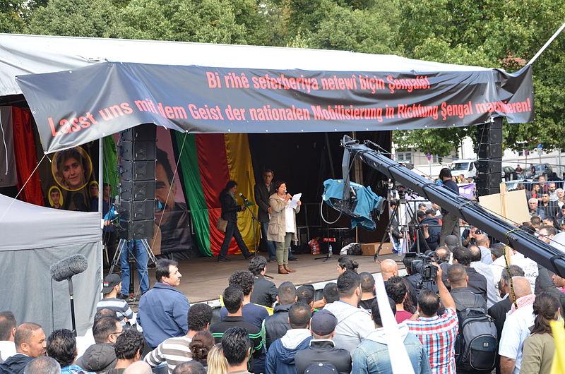 Datei:2014-08-16 Demonstration Jesiden Eziden Aleviten Kurden in Hannover gegen die Terrorgruppe Islamischer Staat (IS), (311).JPG