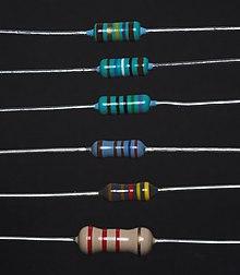 Шесть резисторов разных номиналов и точности, промаркированные с помощью цветовой схемы.