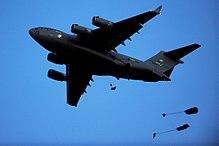 Dois pára-quedistas caindo de um C-17 durante um exercício