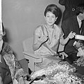 Aankomst Anneke Gronloh uit Djakarta op Schiphol tijden persconferentie, Bestanddeelnr 917-3270.jpg