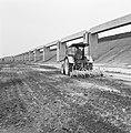 Aanleg en verbeteren van wegen, dijken en spaarbekken, lossgronden, stabiliseren, Bestanddeelnr 161-1279.jpg