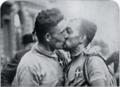 Alfredo Binda e Allegro Grandi si baciano ai Campionati del mondo di ciclismo su strada 1930.png