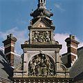 Allegorische voorstelling met daarboven het wapen van Nederland in reliëf - Utrecht - 20364876 - RCE.jpg
