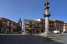 Almorox, picota o rollo, plaza de la Constitución e iglesia.jpg