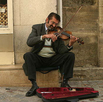 English: Busker in Arles, France