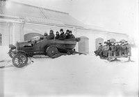 Automobil mit Schneeraupe, Skiern, Mannschaftsschlitten - CH-BAR - 3241598.tif