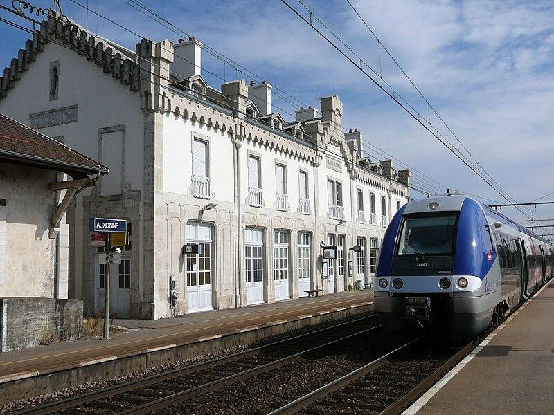le réseau de clément - Page 12 800px-Auxonne_gare_quai_Dijon