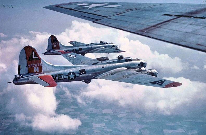 飛行するB-17G-35-DL 42-107112(奥) B-17G-70-BO 43-37675(中央) (第532爆撃編隊所属、1944年撮影)