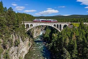 Un train Talent traversant le Jora Bru, sur la ligne de Rauma, à proximité de Dombås (Norvège). (définition réelle 5235×3487)