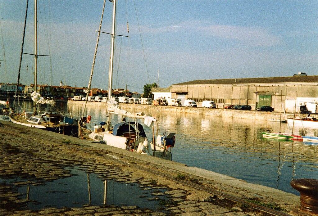 file bassin des chalutiers du port de la rochelle 1 jpg wikimedia commons