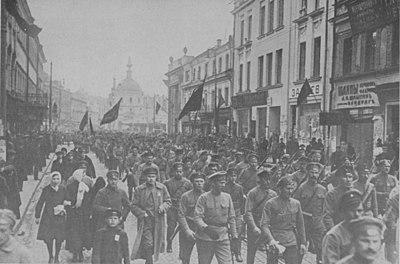 Mπολσεβίκoi κόκκινοι φρουροί σε πορεία διαμαρτυρίας το 1917 για τη επιστράτευση 11 εκκατομυρίων χωρικών στα πλάισια του Α΄ Παγκοσμίου Πολέμου.
