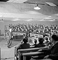 Beeld van een leszaal, leermeester en leerlingen, in de Scala van Milaan, Bestanddeelnr 254-5330.jpg