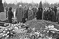 Begrafenis Gerard den Brabander , de dichter Ed Hoornik (links) aan het graf op , Bestanddeelnr 921-0626.jpg