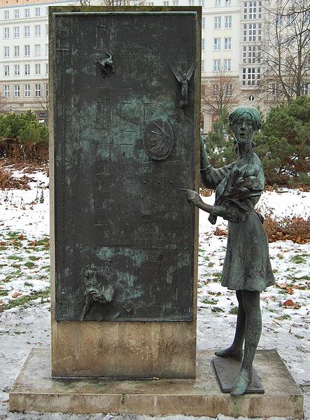 File:Belikow-Denkmal Vorderseite.JPG