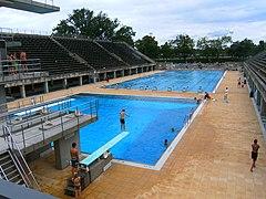 Berlin-olympiastadion-schwimmstadion-becken-blau.JPG