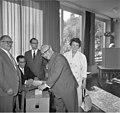 Bundesarchiv B 145 Bild-F011302-0005, Bundestagswahl, Stimmgabe Erich Ollenhauer.jpg