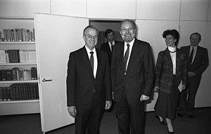 Lionel Bowen - Image: Bundesarchiv B 145 Bild F075031 0006, Bonn, BMJ, Abkommen mit Australien
