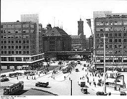 Alexanderplatz um 1932, Bundesarchiv, Bild 146-1998-012-24A / CC-BY-SA 3.0 [CC BY-SA 3.0 de (https://creativecommons.org/licenses/by-sa/3.0/de/deed.en)], via Wikimedia Commons