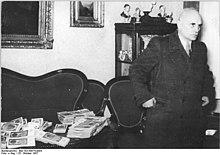 Bundesarchiv Bild 183-50674-0004, Magdeburg, Kurt Grünbaum mit Geldscheinen.jpg