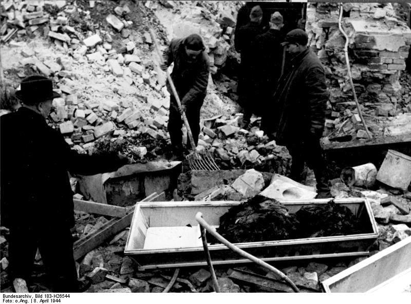 Bundesarchiv Bild 183-H26544, Berlin, Bergung von Opfern nach Luftangriff