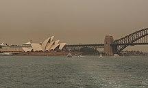 -影響-Bushfire smoke over the Sydney Opera House and Harbour Bridge in December 2019