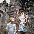 COLLECTIE TROPENMUSEUM Bezoekers van de Borobudur TMnr 20027041.jpg