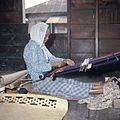 COLLECTIE TROPENMUSEUM Een weefster achter haar weeftoestel TMnr 20025973.jpg