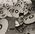 COLLECTIE TROPENMUSEUM Het beschilderen van pajongs TMnr 60052168.jpg