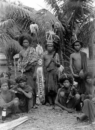 Melanesians - Image: COLLECTIE TROPENMUSEUM Jonge mannen van Solor in krijgskostuum Oost Flores T Mnr 10006079