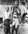 COLLECTIE TROPENMUSEUM Man met dochter in kostuum uit Amarasi Timor TMnr 10005965.jpg
