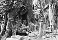 COLLECTIE TROPENMUSEUM Offerpalen bij een holle boom waarin een stoffelijk overschot is bijgezet TMnr 60023814.jpg