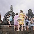 COLLECTIE TROPENMUSEUM Toeristen bij de stupa's op de Borobudur TMnr 20027037.jpg