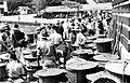 COLLECTIE TROPENMUSEUM Verkopers wachten op de binnenvarende vissersprauwen bij visveiling 'Pasar Ikan' te Jakarta Java TMnr 10002549.jpg