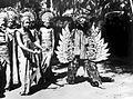 COLLECTIE TROPENMUSEUM Vijf Balinese dansers waarvan één verkleed als Garoeda TMnr 10004703.jpg