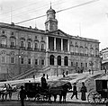 Caleches em frente ao Palácio da Bolsa, antes da construção do jardim da praça do Infante D. Henrique, iniciado em 1894 (APR) (9289615971).jpg