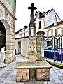 Calvaire ancien, dans la cour du musée Charles de Bruyères.jpg