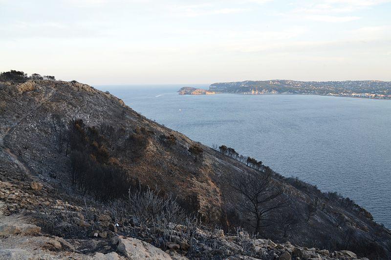 File:Cap de sant Antoni i badia de Xàbia després de l'incendi del setembre.JPG