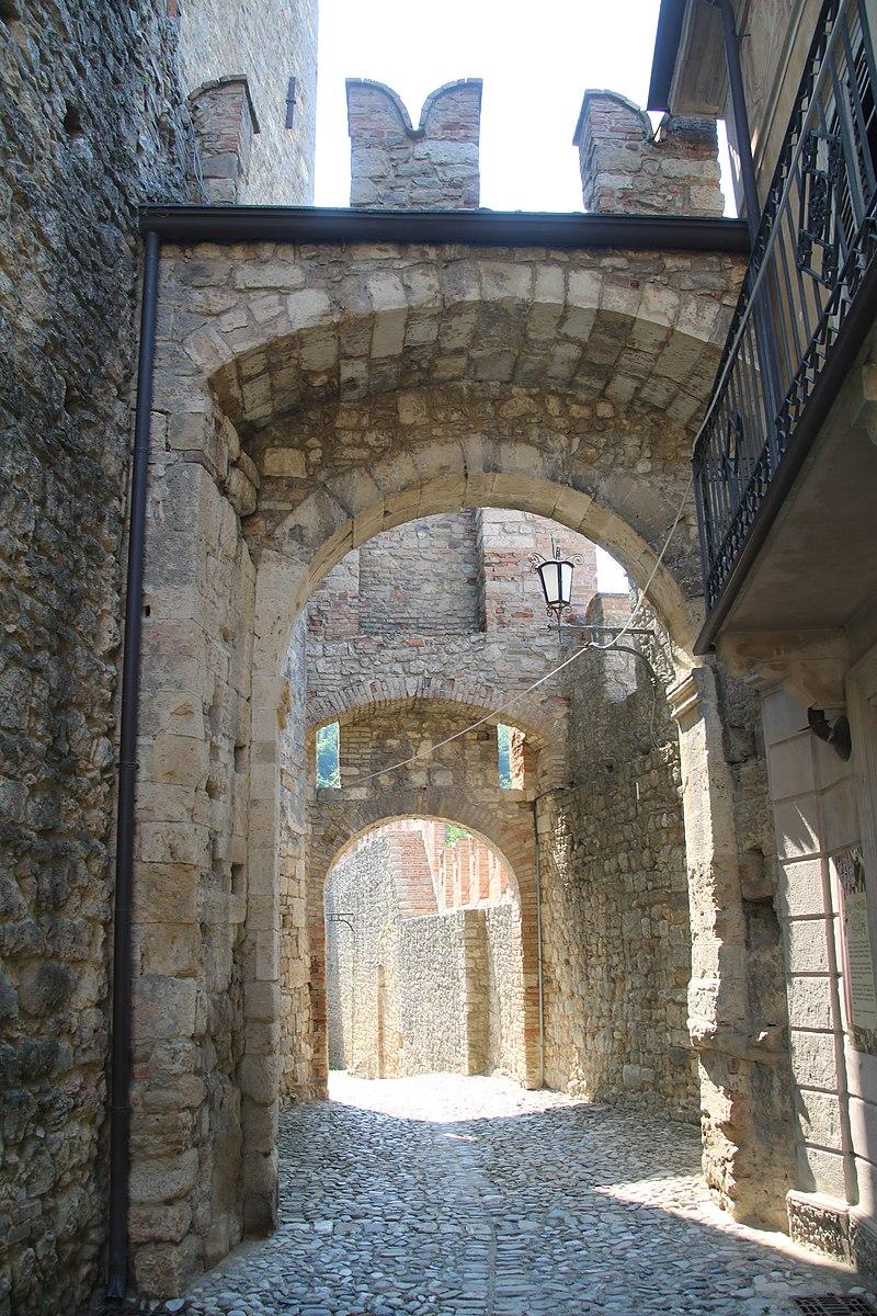 Castello di Vigoleno (Vernasca) 11.jpg
