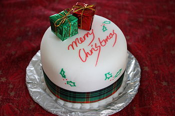 English: A neatly decorated Christmas cake.