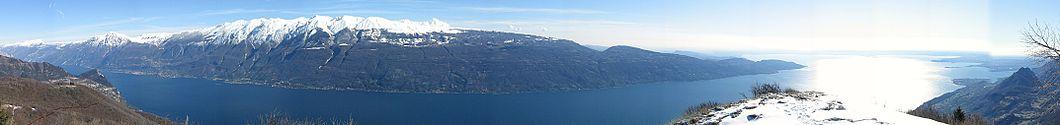 Panorama del lago di Garda visto da cima Comer (1280 m) presso Gargnano.