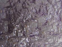 nigran, kevroneis (krispa, dentita) strukturon