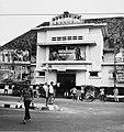 Collectie NMvWereldculturen, TM-20000922, Negatief, 'Zwembad en bioscoop Manggarai aan de Jalan Sultan Agung', fotograaf Boy Lawson, 1971.jpg