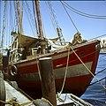 Collectie Nationaal Museum van Wereldculturen TM-20029780 Voorkant van een aangemeerde bark Curacao Boy Lawson (Fotograaf).jpg